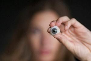 از دلایل شایع آن عدم وجود دید درچشم همراه با درد پیشگیری ازصدمه به چشم مقابل برداشتن تومورهای داخل چشم و اصلاح وضیعت ظاهری بیمار می باشد.