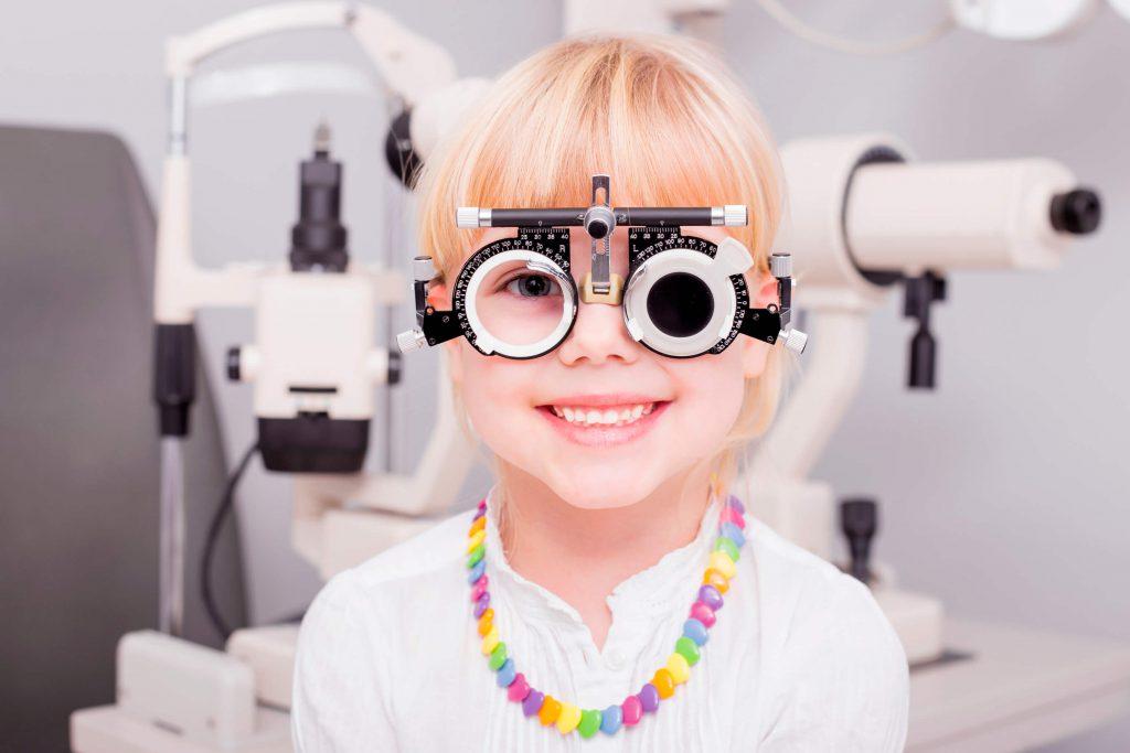 چرا باید برای معاینه کودک خود را نزد چشم پزشک ببرید؟